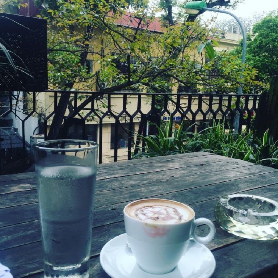 Lắng động bên ly cafe và hòa mình với thiên nhiên cũng tạo nên bức ảnh cực xinh