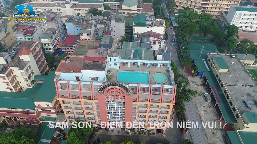 View từ trên cao của khách sạn Thái Bình Dương hiện lên với màu đỏ nổi bật