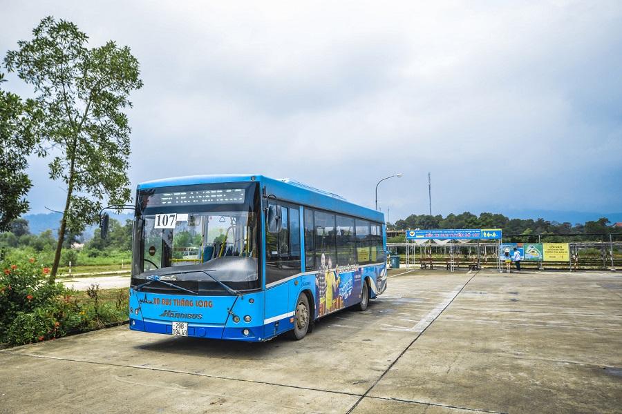 Xe bus 107 dừng tại cổng Làng Văn hóa