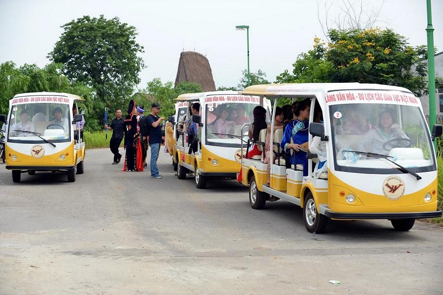Trong khuôn viên Làng văn hóa có dịch vụ thuê xe điện