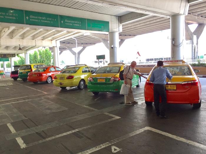 Di chuyển bằng taxi là cách nhanh nhất để đến Pattaya