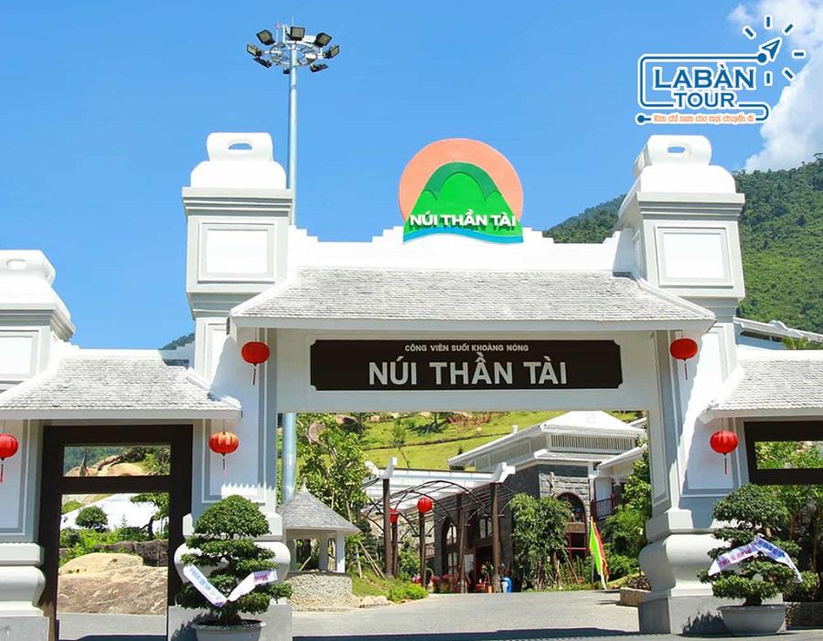Núi Thần Tài nằm ở thôn Phú Túc, xã Hòa Phú, huyện Hòa Vang, Đà Nẵng