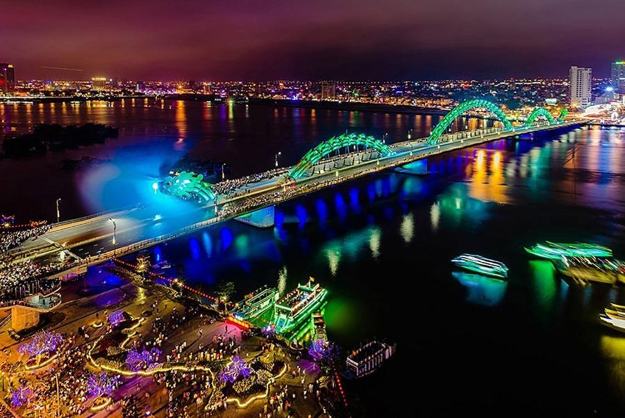 Sông Hàn - biểu tượng của thành phố Đà Nẵng lung linh sắc màu về đêm